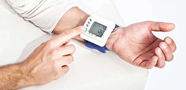 Magnesium kann die Herzfunktionen unterstützen, da es bei ausreichender Versorgung den Blutdruck verringert. Das zeigt die Auswertung einer Reihe von internationalen Studien.