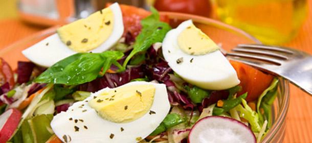 Eier im Salat - mehr Carotinoide verfügbar