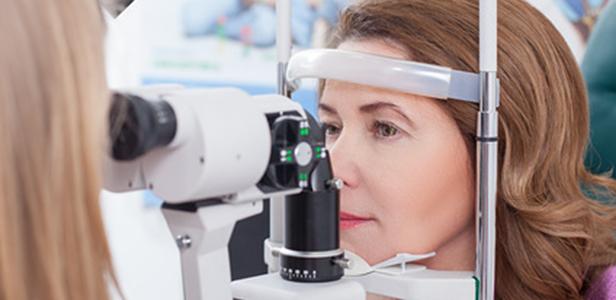 Zu den möglichen Diabetes-Folgen gehört die diabetische Retinopathie, bei der die Blutgefäße der Netzhaut geschädigt werden. Omega-3-Fettsäuren können zur Vorbeugung dieser Augenkrankheit beitragen.