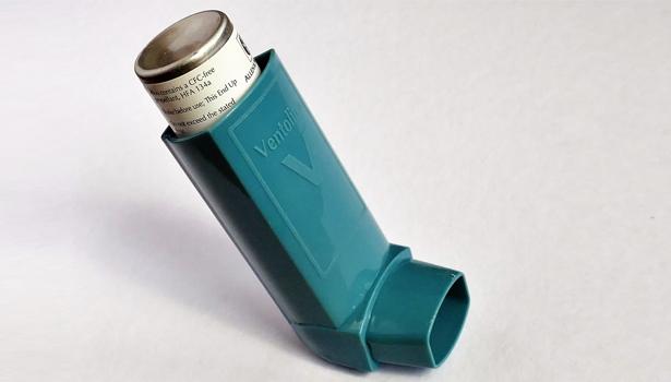Vitamin D kann dazu beitragen, Verschlechterungen bei Asthma-Patienten, die mit üblichen Medikamenten (Kortikosteroiden) behandelt werden, zu verringern.