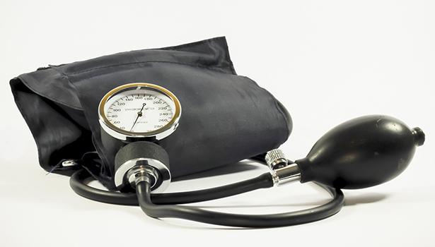 Der Bluthochdruck wird von vielen Faktoren beeinflusst. Dabei spielen die Ernährung und besonders die gute Versorgung mit Magnesium eine wichtige Rolle. Das gilt für die Prävention ebenso wie für die begleitende Therapie.