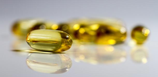 Fischöle enthalten die gesunden Omega-3-Fettsäuren EPA und DHA, die antientzündlich und schmerzlindernd wirken können.