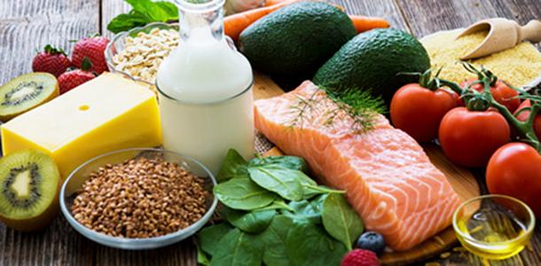 Der häufigere Verzehr von fettreichem Fisch mit seinen gesunden Omega-3-Fettsäuren und von Hülsenfrüchten kann den Eintritt der Menopause verzögern, wie eine neue Studie zeigt.
