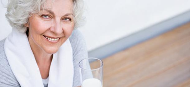 Körperliche Bewegung und eine für die Knochen gesunde Ernährung sind eine gute Basis, um der Osteoporose vorzubeugen.