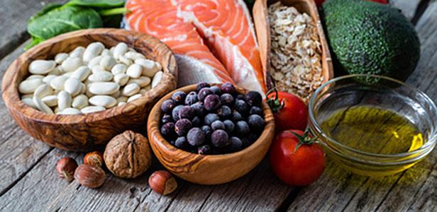 Die Vorteile der mediterranen Ernährung für die Vorbeugung vor vielen Krankheiten sind gut nachgewiesen. Nun zeigt sich auch ihr starker Einfluss auf die kognitiven Funktionen bei Erwachsenen jeden Alters.