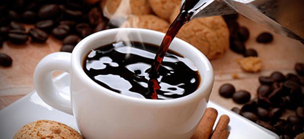 400 mg Koffein gelten täglich als unbedenklich für Erwachsene. Schwangere und stillende Frauen sollten sich auf 200 mg Koffein pro Tag beschränken.
