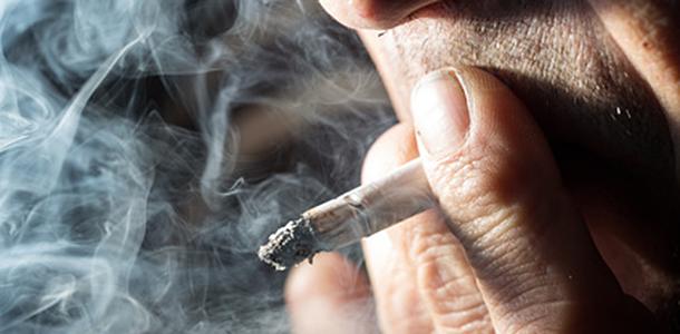 Raucher ernähren sich oft schlechter als Nichtraucher, was u.a. eine geringere Versorgung mit wichtigen Mikro-Nährstoffen zur Folge hat. Damit steigen die Risiken für erhöhten oxidativen Stress und seine Folgen.