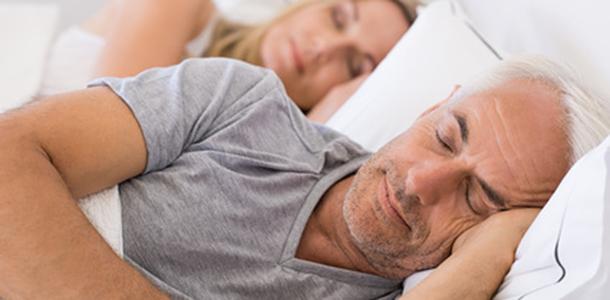 Schlafstörungen können viele Ursachen haben, dazu gehören u.a. nachts auftretende Schmerzen. Vitamin D-Ergänzungen könnten in Kombination mit einer guten Schlafhygiene die Schlafqualität verbessern und nächtliche Schmerzen lindern.